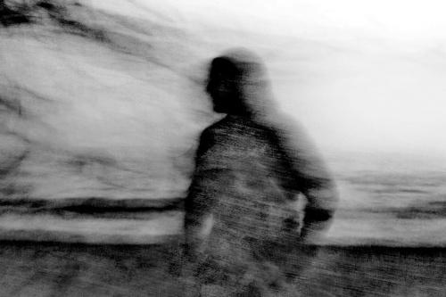 Acqua avvolge il pensiero - © Paola Tornambè - Il mare avvolge il pensiero; incantatore della mente e balsamo dell'anima. E' respiro. E' sollievo ed energia. Quando sei davanti al mare è il tuo stesso ritmo che stai ascoltando. I pensieri si dilatano come la sua acqua e puoi abbandonarti alla profondità, all'estensione, allo spazio e al tempo. Spogliato da fronzoli, eccolo a nudo, l'uomo davanti al suo mare. E parrà che dall'acqua salgano ombre a tenergli compagnia e che il mare sia vivo, pregno di storia e di leggenda, e respiri insieme a lui.