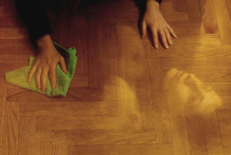 Uno straccio - © Paola Tornambè - Cancello tracce. Compaiono e scompaiono, a mano a mano, volti angosciati e angoscianti di rassegnazione. Mentre mi domando chi sono veramente: quella a cui appartengono le mani operose di creazione e distruzione, oppure uno o mille di quei volti di nulla.